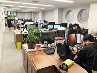 """http://iishuusyoku.com/image/オフィスは赤坂エリア。開発、デザイナー、マーケティング、ディレクターの全員が同じフロアだからこそ実現できる""""効率""""と""""生産性""""。"""