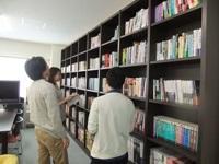 https://iishuusyoku.com/image/社内に並ぶ、IT技術関連の書籍たち。定番本から最新の雑誌まで、学びのチャンスも充実です。離職率が5%以下と非常に低い理由は社風にあり!