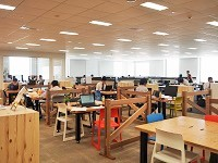 お台場に移転した同社の新オフィス。壁のない開けた空間でスピーディーかつクリエイティブに働けます!