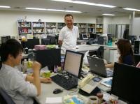 https://iishuusyoku.com/image/「調子はどう?」笑顔で話しかけて来てくれる先輩。手厚いサポートを受けながらのびのび成長できます。