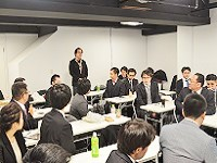 冬のカンファレンスでの様子。若手もベテランも意見を出し合います。会議の後は楽しい懇親会を開催しました!