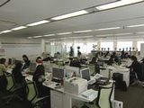 https://iishuusyoku.com/image/南側と東側が全面窓なので非常に明るいオフィスです。広々とゆったりした事務所で仕事をすると、余裕を持った仕事が出来るのだとか。