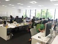 https://iishuusyoku.com/image/明るく開放的なオフィス!営業、ディレクター、マーケター、デザイナー、エンジニア等様々な部門のメンバーが協力してプロジェクトを進めています!