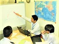 https://iishuusyoku.com/image/社内での打ち合わせ風景です。情報共有を積極的に行い、ビジネス成功への戦略を練っていきます。