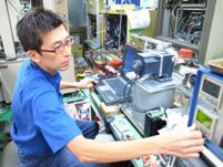 摩擦による耐久テストを行っています。機械と人間の手を動かして開発する。技術者としの醍醐味を感じる仕事です。