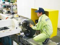 納入したリフトや車検機器が不具合なく動作を継続できるよう、メンテナンスや定期点検を行うことも技術サービスの大事な仕事です。