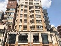 https://iishuusyoku.com/image/オフィスの外観です。骨董通りからすぐ。オレンジ基調の外壁のビルが目印です。