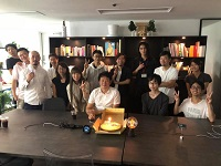 https://iishuusyoku.com/image/社員の誕生日をケーキを囲んでお祝いするのが恒例になっています!アットホームな雰囲気も特徴です。