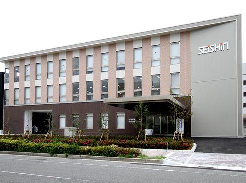 配属先となる神戸本社の外観です。 広々とした綺麗なオフィスで働きやすさはバツグン!借り上げ社宅(家賃補助付)もあり、別地域から引越可能な方も大歓迎です!