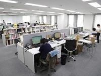 http://iishuusyoku.com/image/オフィスは六本木ヒルズから歩いてすぐ。デザイン関連の書籍や制作物が並ぶクリエイティブな職場環境です。