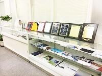 国内外の様々なメーカー製品を取り扱う同社。本社エントランスには、販売実績を表彰された盾がズラリと並びます。