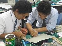 http://iishuusyoku.com/image/電子研修の風景。先輩とマンツーマンで技術習得に向けて学習していきます。実技研修が豊富なのもO社ならでは。