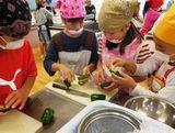 https://iishuusyoku.com/image/子どもたちに食物を育てる大変さや喜びを感じさせ、食に対する興味・関心を高めてもらうため、小学校への食育活動並びに出前板さん教室なども実施しています。