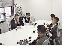 ミーティング風景です。グローバルな環境で様々なキャラクターの社員が揃います。