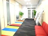 http://iishuusyoku.com/image/ブランドカラーが反映されたポップでカラフルなエントランス。誰もが元気になる、楽しい空間です。