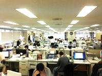 活気のあるオフィス。お客様、生産者、加工者など、多くの取引先からの連絡が飛び交っています!