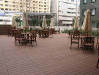 https://iishuusyoku.com/image/都内のオフィスビルの床で利用されています。場面を問わず、様々な場所で愛されているのが合成木材です。