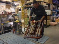 https://iishuusyoku.com/image/レンタルから戻って来たベビーベットは丁寧に掃除、消毒をして次のレンタルに備えます。ベビーベッドだけでも6000床の在庫を抱えています!