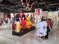 https://iishuusyoku.com/image/展示会も大賑わい!ロリータ・パンク・コスプレ……アイテムは4,000種類以上!色鮮やかで楽しい空間です。
