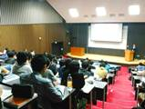https://iishuusyoku.com/image/同社発行の情報誌を用い、「業界・企業研究の仕方」 といったテーマで、学内ガイダンスの講師も担当して います。学生が自ら『決める』納得した就職活動を 講演という形でも後押ししています。