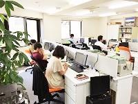 https://iishuusyoku.com/image/服装は、客先打ち合わせ以外は自由。集中できるラフな格好のエンジニアが多いです。