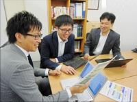 https://iishuusyoku.com/image/入社後は、事業部長(写真奥)のアシスタントとして数値データの分析や提案書などの資料作成をお任せします。