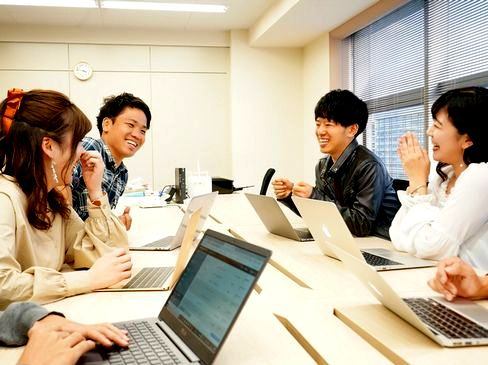 https://iishuusyoku.com/image/無駄がなく、効率よく仕事をしているため、基本無駄な残業がなく、出勤時間内で仕事が完結し、定時より早い18時に退社することが多いなど、ワークバランスがとてもよい環境です。