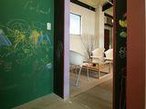 https://iishuusyoku.com/image/社内は遊び心満載です!同社で取り扱う黒板として使用できる塗料です!