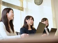 https://iishuusyoku.com/image/ミーティングは明るく話しやすい雰囲気。クライアントの課題を前向きにとらえ、アイデアとチームワークで乗り越えていく雰囲気が同社らしい社風です。