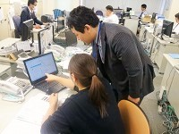 研修はOJTが中心です。ソフトウェアの検証業務(テスト)からスタートして一つずつ知識を増やしていただきます!