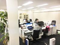 新宿駅から徒歩圏内のオフィス。最寄りの西新宿駅からはすぐで通勤も便利です。残業も少なく、働きやすい環境★