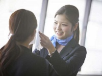 https://iishuusyoku.com/image/対面販売が基本です。美容部員は四季や梅雨のある日本の環境下でのパーソナルなお手入れ法をアドバイス。
