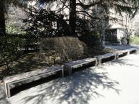 http://iishuusyoku.com/image/こちらは某大学のベンチで使用されている合成木材です。もしかしたらあなたも腰を下ろしたことがあるかもしれません。