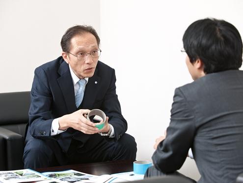 https://iishuusyoku.com/image/地理的・環境的に異なる多種多様なお客様の要望を的確に捉え、最適なプレゼンをおこないます。まずは先輩社員の方々との営業同行からスタートします。