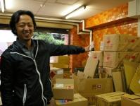 倉庫には段ボールが山積み!注文いただいた商品を社用車に積んで、担当エリアのお客様を訪問していきます!