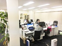 新宿駅から徒歩圏内のオフィス。最寄りの西新宿駅からはすぐで通勤も便利です。残業も少なく、勤務環境抜群です。