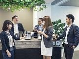 20〜30代のメンバーが主流となって活躍中!新設された本社6階の新しいオフィスは、カフェのような落ち着いた空間。