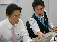 https://iishuusyoku.com/image/顧客先へは必ず複数人でチームを組んで向かうので、頼りになる先輩がいつも一緒です!
