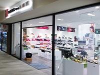 https://iishuusyoku.com/image/直営店以外にも、全国のアウトレットパークに店舗を出店しています。週末は来店数も多く店舗も賑わいます。