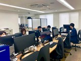 https://iishuusyoku.com/image/会社全体の目標に向かって全員で協力し合いながら業務に取り組んでいます。同じポジションの先輩後輩と食事に行くこともあり、アットホームな雰囲気です。