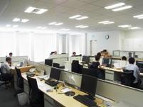 明るく開放的なオフィス。社内は仕切が無くコミュニケーションも活発に行われています。