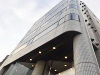 浜松町にあるオフィスビル。駅から直結の緑溢れる歩道の先にA社のオフィスがあります!通勤も気持ちいいですね!