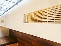 多くのビルは給排気口があります。外気を取り込み、空気の入れ替えをすることで、室内の温度を調節します。