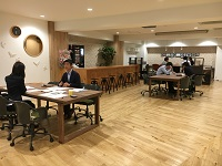 https://iishuusyoku.com/image/日本橋エリアにある本社。1階にある打ち合わせスペースでは、まるでカフェのよう!ここでクリエイティブな打ち合わせが繰り広げられます!