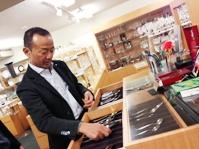 https://iishuusyoku.com/image/世界中のレストランを周り、最新のテーブルウェアをサーチする社長。このカトラリーとプレートは社長がデザイン!
