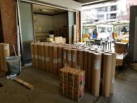 壁紙やカーペットなど、施工前はロール状で保管されます。これらを配送車に積んでお客様の元へ届けます!