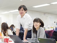 https://iishuusyoku.com/image/20代-30代の営業が多い当社。社内では声を掛け合う文化が浸透しています。 困ったときには周りに気軽に相談してくださいね。