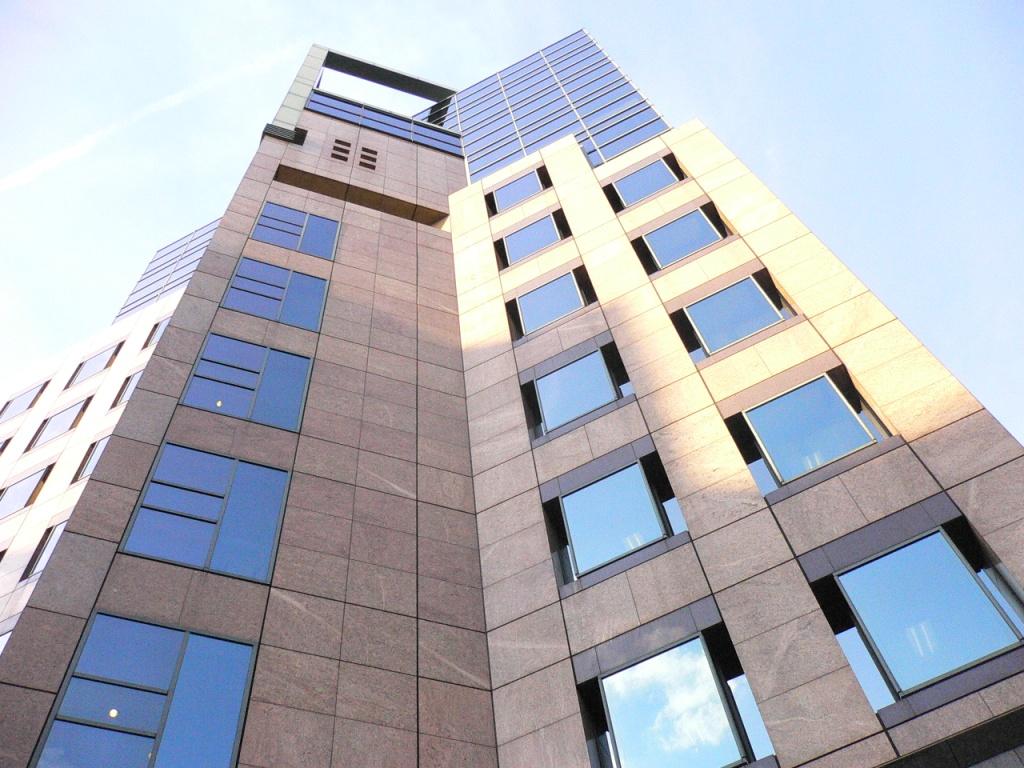 神田にある、この大きなビルの中にF社はあります!見晴らしバツグン!!