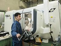 https://iishuusyoku.com/image/最初は右も左もわからなくても大丈夫。工具の安全な扱い方や機械操作の基本から先輩社員が教えてくれます。