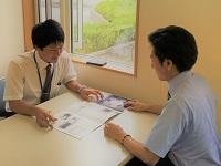 http://iishuusyoku.com/image/メーカー担当者とのコミュニケーションも大切な仕事です。どの商品をいくらで仕入れて・・・営業の腕の見せ所!